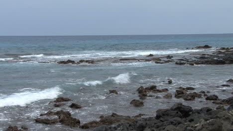 Hawaii-Surf-on-rocks-at-Kona
