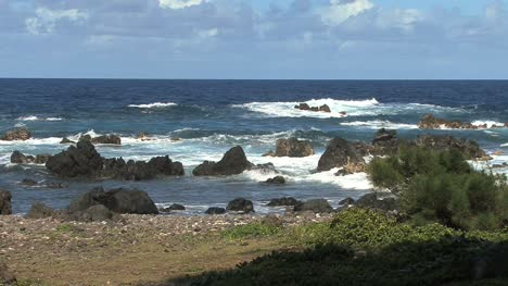 Hawaii-waves-on-rocks-Laupahoehoe