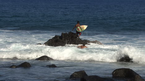 Hawaii-Young-surfer-jumps-off-rock