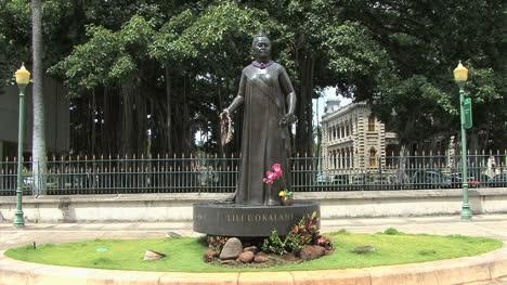 Honolulu-Queen-Liliokalani-statue-and-palace-2