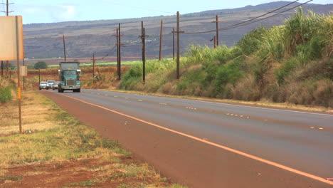 Kauai-Highway-Truck-Y-Tráfico-Detrás.