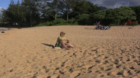 Hawaii-Kauai-Relajándose-En-La-Playa-De-Arena-2