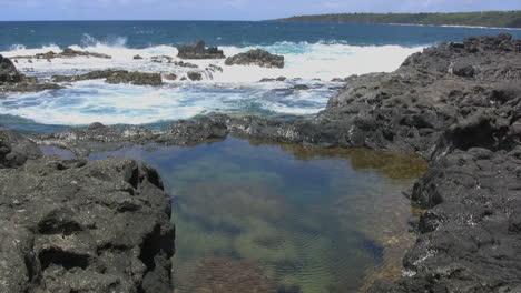 Piscina-De-Marea-Y-Olas-En-Las-Rocas-En-Kauai