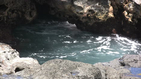 Kauai-Water-splashing-in-tide-pool-2