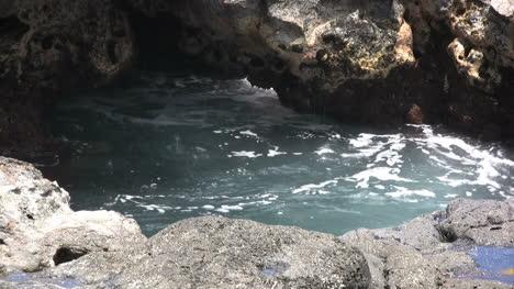 Kauai-Water-splashing-in-tide-pool-2
