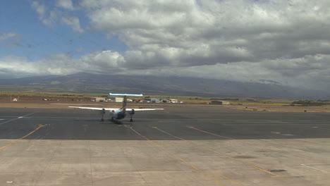 Maui-Island-airplane-taxis