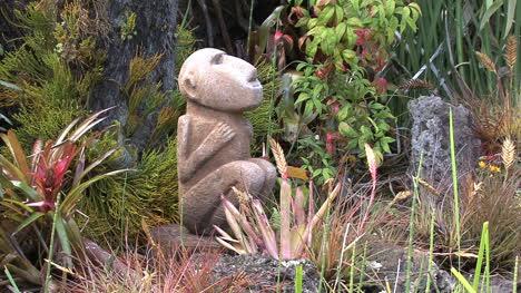 Maui-Affenfigur-In-Einem-Garten