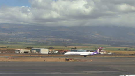Maui-plane-taxis-down-the-runway