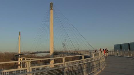 Omaha-Pedestrians-on-footbridge