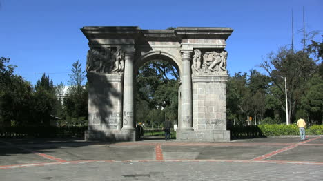 Quito-arch-end-of-Amazonas