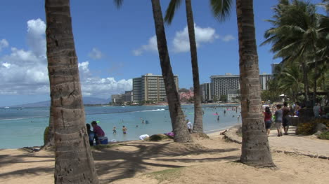 Waikiki-beach-scene-with-tourists