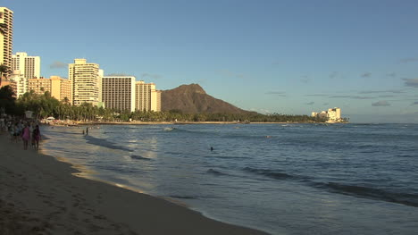 Waikiki-beach-with-diamond-head