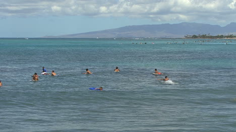 Waikiki-swimmers-waiting-for-surf
