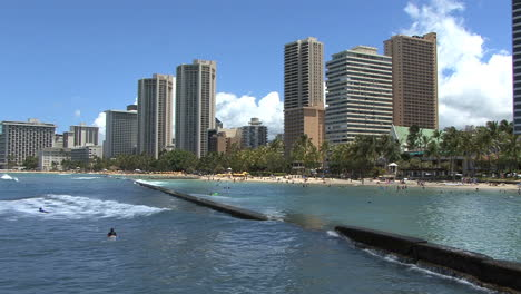 Waikiki-hotels-and-surfing
