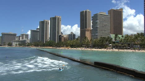 Waikiki-surfing-waves-and-hotels