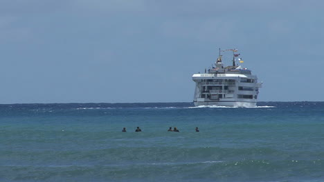 Waikiki-swimmers-and-ship