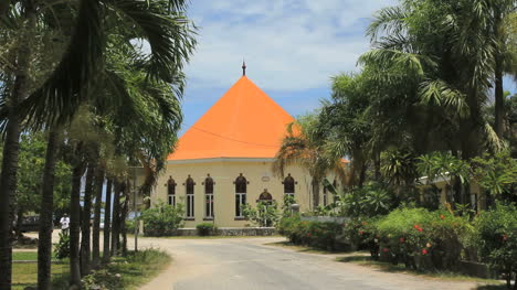 Moorea-Un-Camino-Que-Conduce-A-Una-Iglesia-Redonda