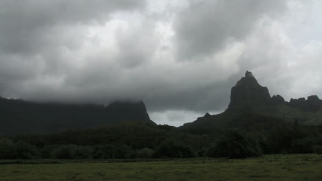 Moorea-mountain-clouds