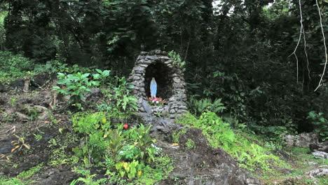 Moorea-Lourdes-grotto