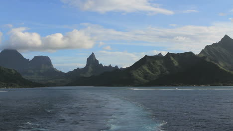 Moorea-sailing-away