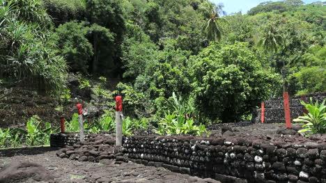 Tahiti-figures-guard-a-marae-pyramid
