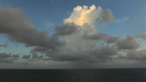 Nube-Ondulante-Sobre-El-Océano