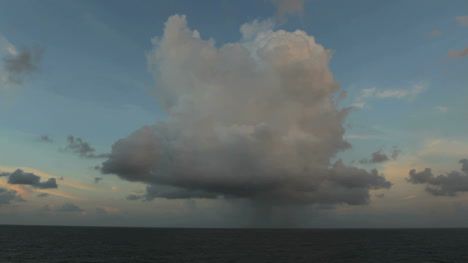Nube-Y-Lluvia-Sobre-El-Pacifico