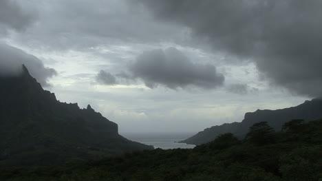 Nubes-Grises-Sobre-Una-Isla-Tropical