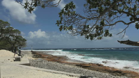 Rangiroa-surf-on-shore
