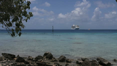 Ship-in-the-Rangiroa-lagoon
