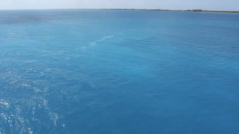 Beautiful-water-in-Rangiroa-lagoon