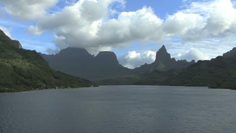 Moorea-Opunohu-Bay-Monte-Rotui
