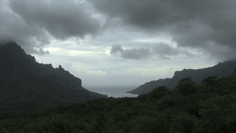 Moorea-moving-clouds-Cook-s-Bay