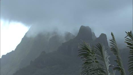 Niebla-Moorea-En-Timelapse-De-Montaña