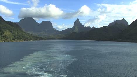 Moorea-leaving-island-with-wake