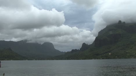 Moorea-fast-moving-grey-clouds
