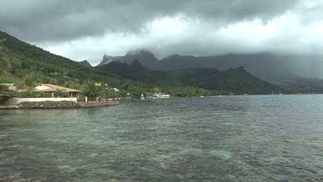 Moorea-Cook-s-Bay-clear-water