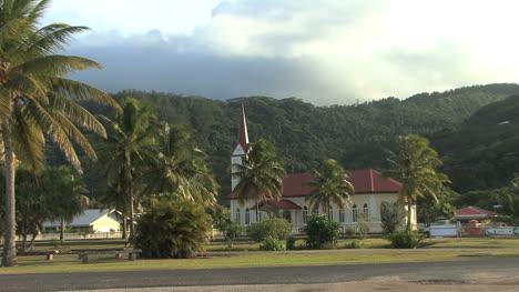 Raiatea-Se-Acerca-A-La-Iglesia-1