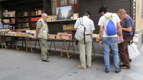 Madrid-book-seller-stand-4