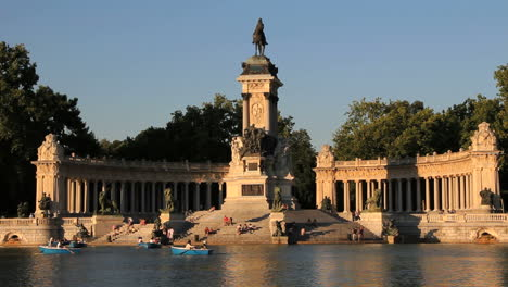 Madrid-park-lake-and-statue