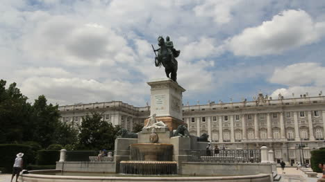 Madrid-Statue-and-palace-1