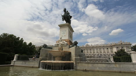 Madrid-Statue-and-palace-4