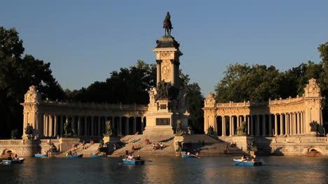 Madrid-Park-statue-evening