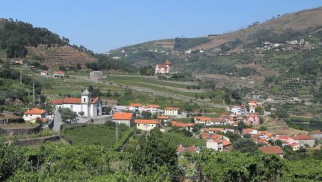 Iglesia-Del-Pueblo-De-Douro-Y-Viñedos