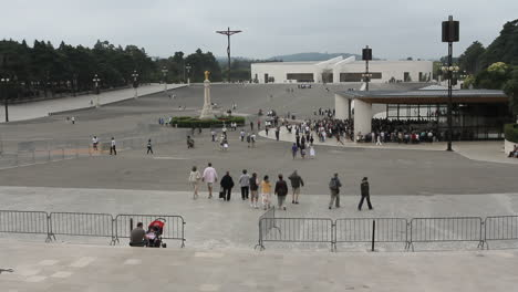 Fatima-plaza-with-many-pilgrims
