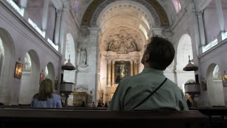 Hombre-De-Fatima-En-La-Iglesia