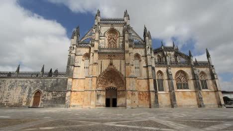 Portugal-Entrada-Al-Monasterio-De-Batalha-Con-Sol