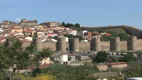 Avila-Spain-walls-and-town-zooms-out