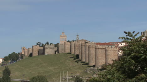 Avila-Spain-walls-zooms-in-to-gate