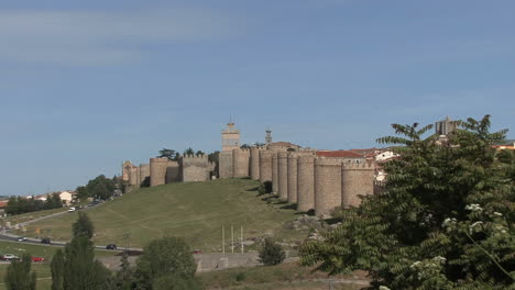 Ávila-España-Paredes-Se-Aleja-De-La-Puerta